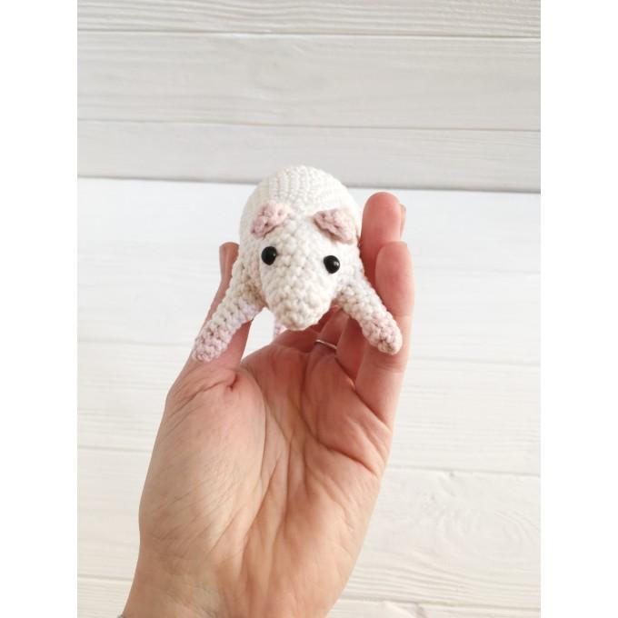 Amigurumi rat with nuts
