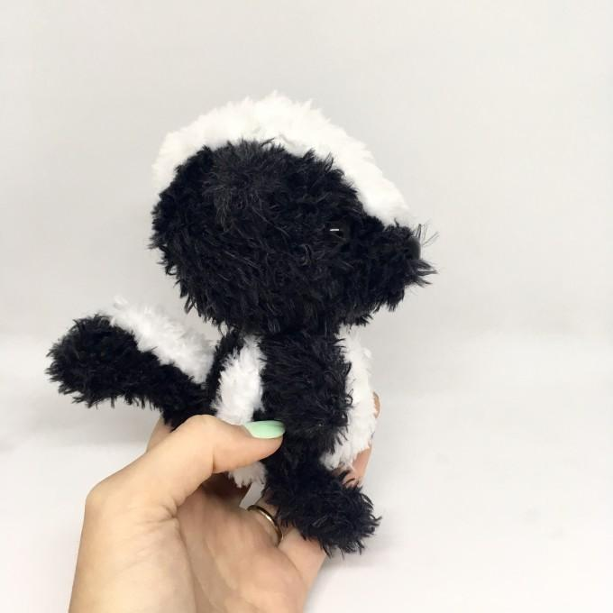 Amigurumi skunk